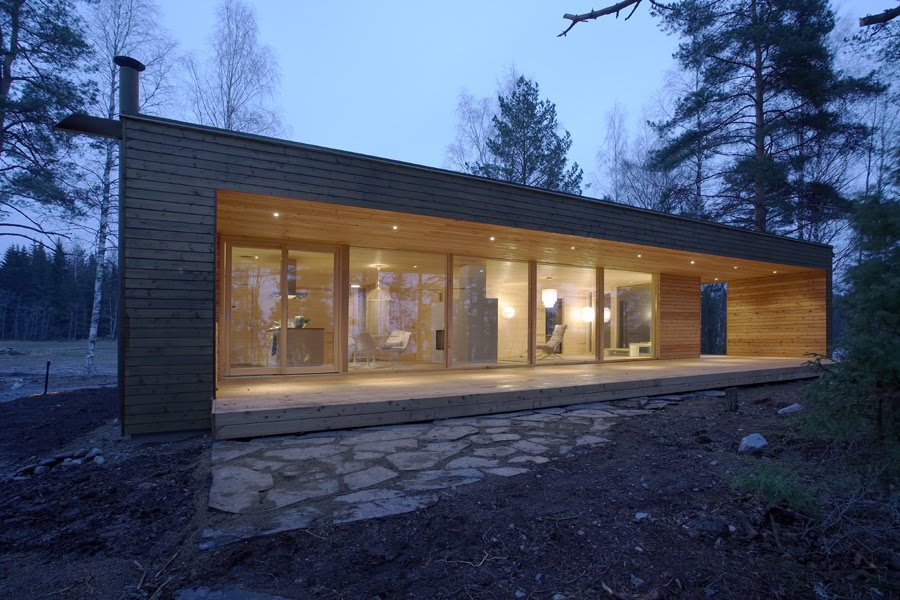 Scandinavian retreat prefab from finland for Casa madera jardin