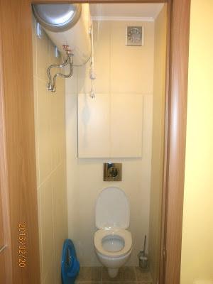 Ремонт в туалете установка унитаза кафельная плитка трубы