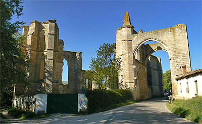 El Camino de Santiago a su paso por las ruinas del convento de San Antón.