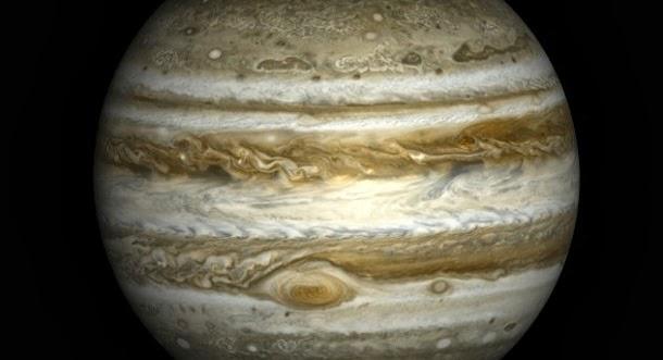 A cor da tempestade vermelha de Júpiter