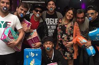 O jogador Neymar aproveita suas férias para curtir com seus amigos. Com bastante tempo livre para se divertir o craque esteve na boate 021 no show de Anitta. Voltando para São Paulo ele foi matar a saudade de seu filho Lucas. Na quinta (02) ele curtiu o show dos amigos Tiaguinho e Péricles.