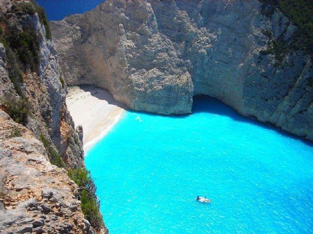 Praia em baía da ilha de Zakynthos.