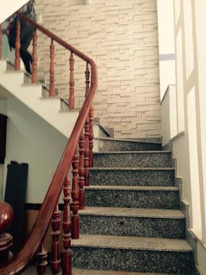Cầu thang nhà dĩ an đang bán