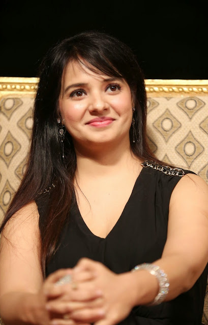 Actress Saloni Latest Pictures in Black Long Dress at Gama Awards 2014 CelebsNext 4.JPG