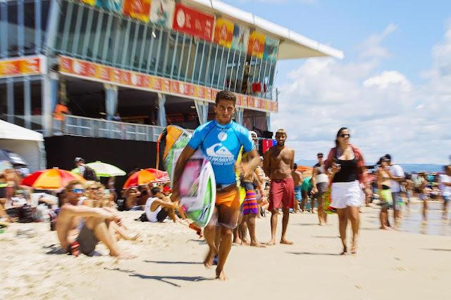 9 Quiksilver Pro Gold Coast 2015 Filipe Toledo Foto WSL Kelly Cestari