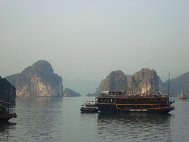 junk ship halong bay vietnam