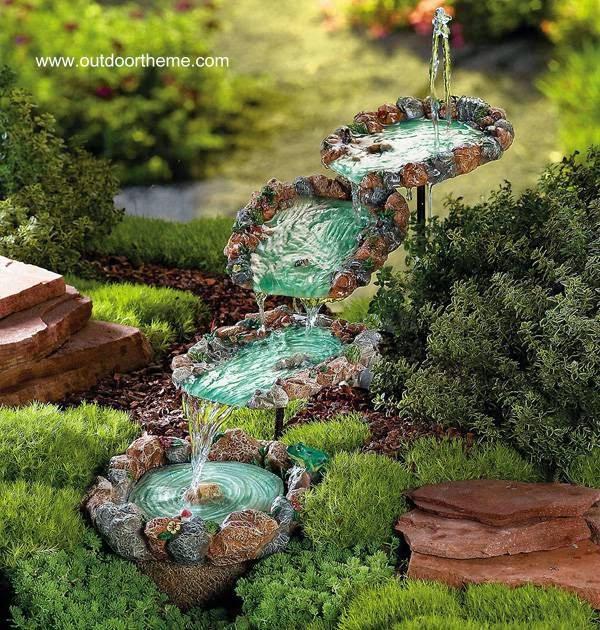 Fontana cantarina de piedra y vidrio en jardín