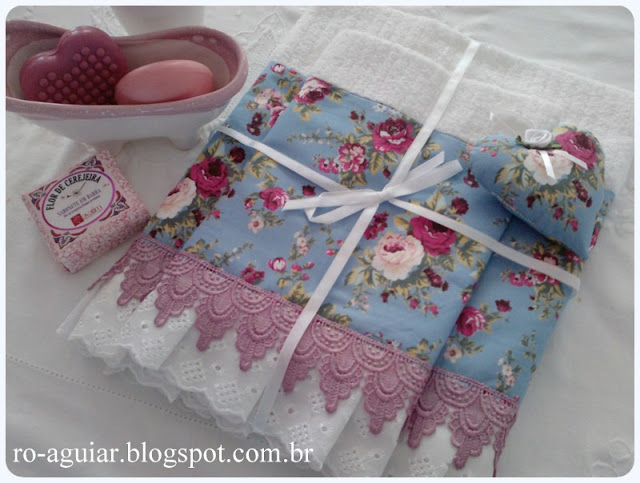 conjunto de toalhas com barrado em tecido e sachê coração
