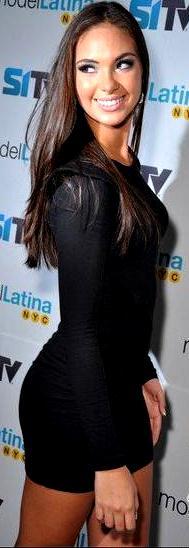 Natalie Vértiz sonriendo y luciendo un hermoso vestido negro