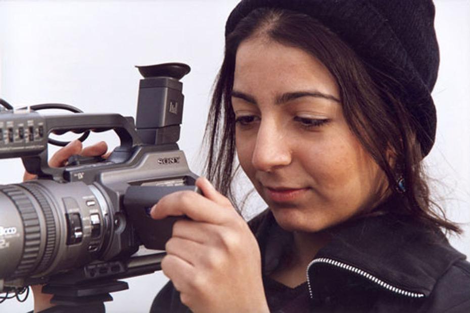 """La iraní Hana Makhmalbaf filmó """"Buda explotó por vergüenza"""" en Afganistán en 2006 con sólo 18 años."""