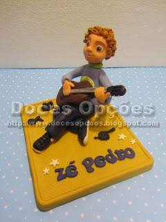 Topo bolo menino a tocar viola