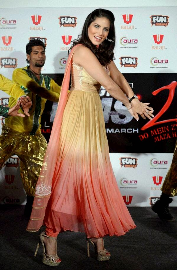 Sunny Leone looking pretty while performing her signature step of Baby Doll song of Ragini MMS 2 at Bhopal