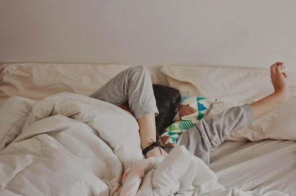 сон мужчина под одеялом с головой
