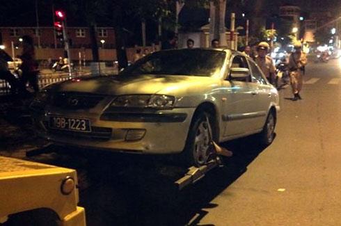 Ôtô biển xanh đi đường cấm, tông xe cảnh sát