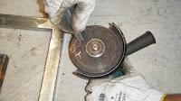 Aparar os pequenos ferros de ligação da moldura ao caixilho