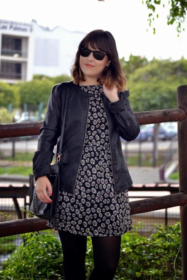 look_vestido_flores_margaritas_cazadora_botines_lolalolailo_02