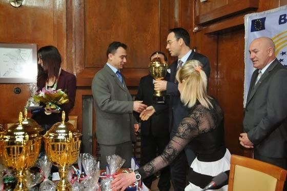 Стефан Колев приема наградата от кмета на Бургас Николов