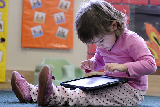 Gadget Terbukti Hambat Kelancaran Berbicara Anak