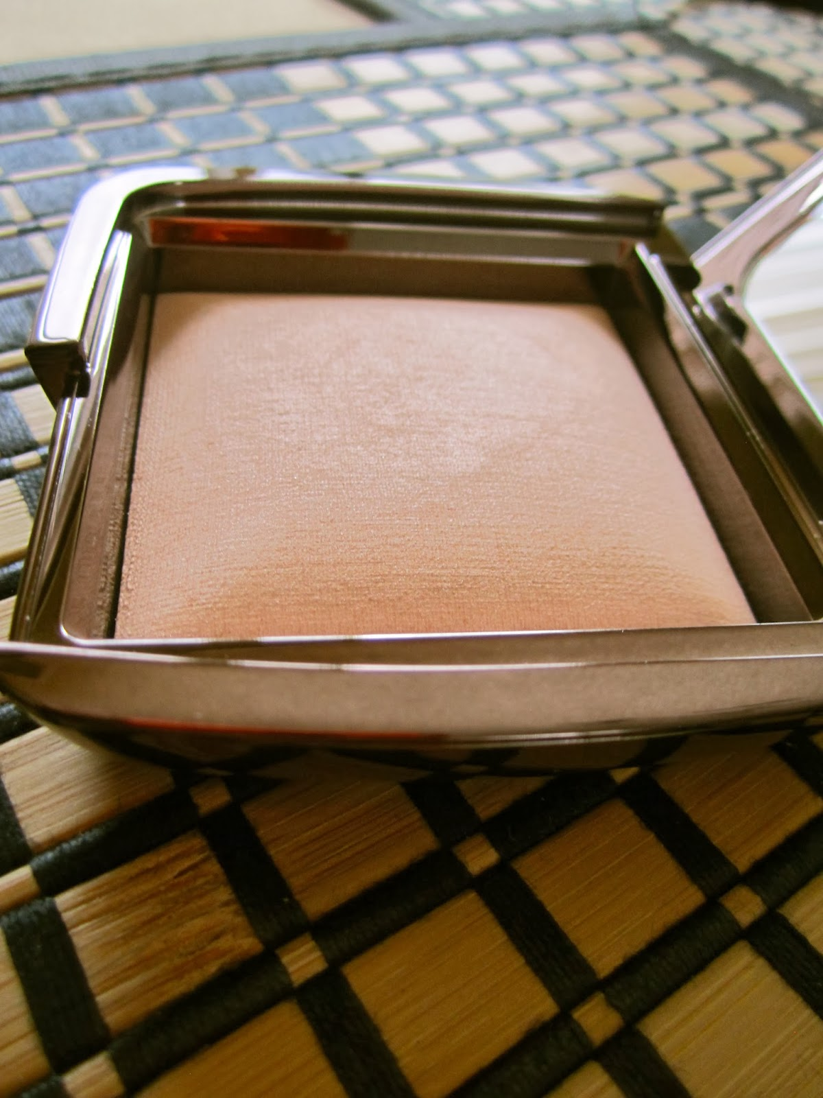 Hourglass Ambient Luminous Light, glowing skin, finishing powder, candlelit glow