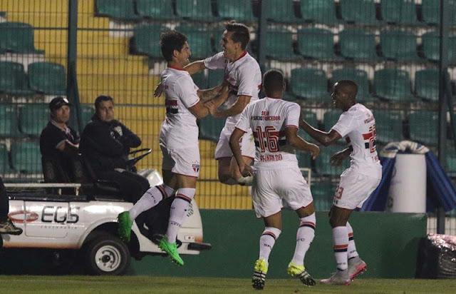 Atacante comemorou o seu 19º gol em 2015 com os companheiros de São Paulo (foto: Rubens Chiri/saopaulofc.net)