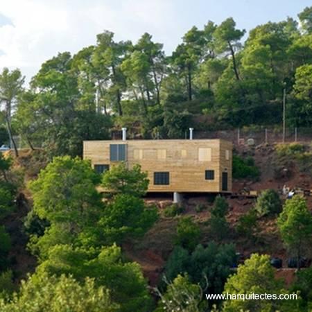 Vivienda de madera sobre lote en pendiente negativa en España