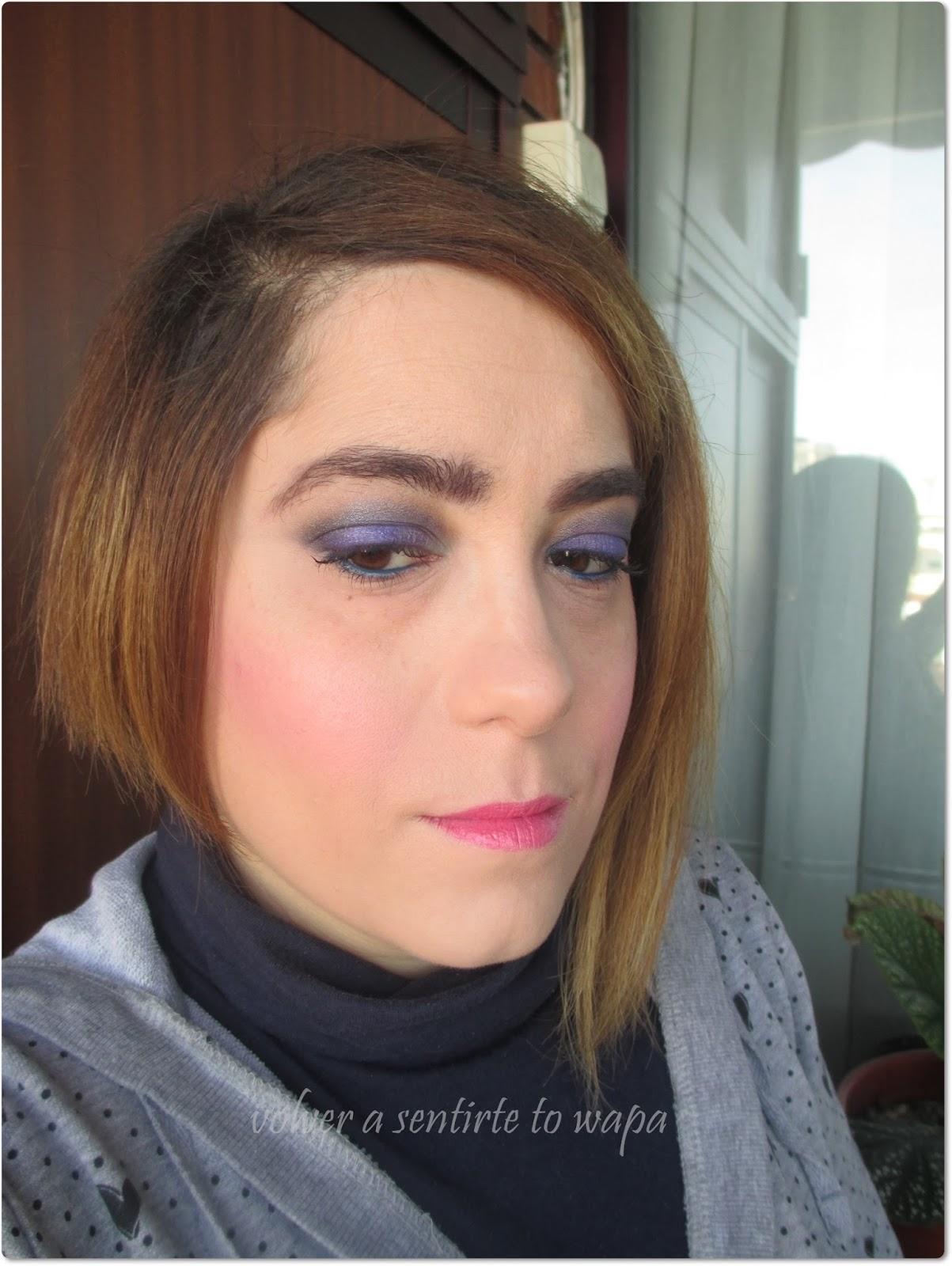 Look de maquillaje ahumado morado gris plata con sombras de Deborah Milano