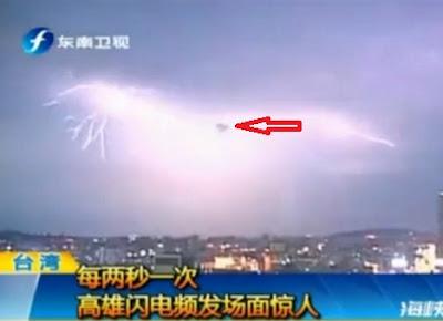 ovni triangular en tormenta en taiwan