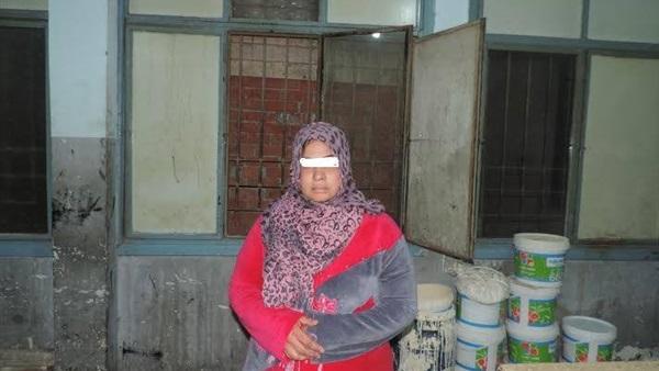 إمرأة  تستدرج عامل لممارسة الرزيلة  معها