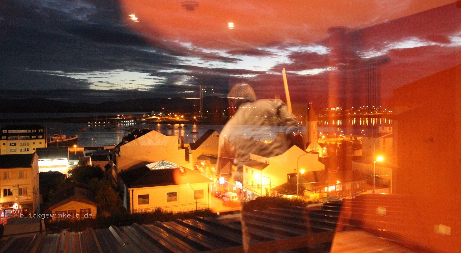 Hostelfenster mit Blick auf Ushuaias Hafen und die Magellanstraße