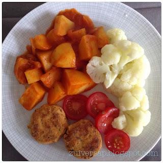Gestoofde aardappels in rokerige tomatensaus