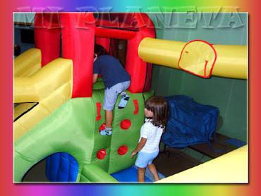 Jugando en el castillo hinchable
