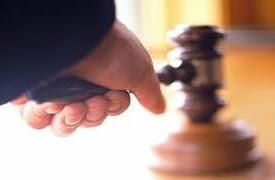 Bimbo batte martello del giudice che ha ordinato la sua adozione