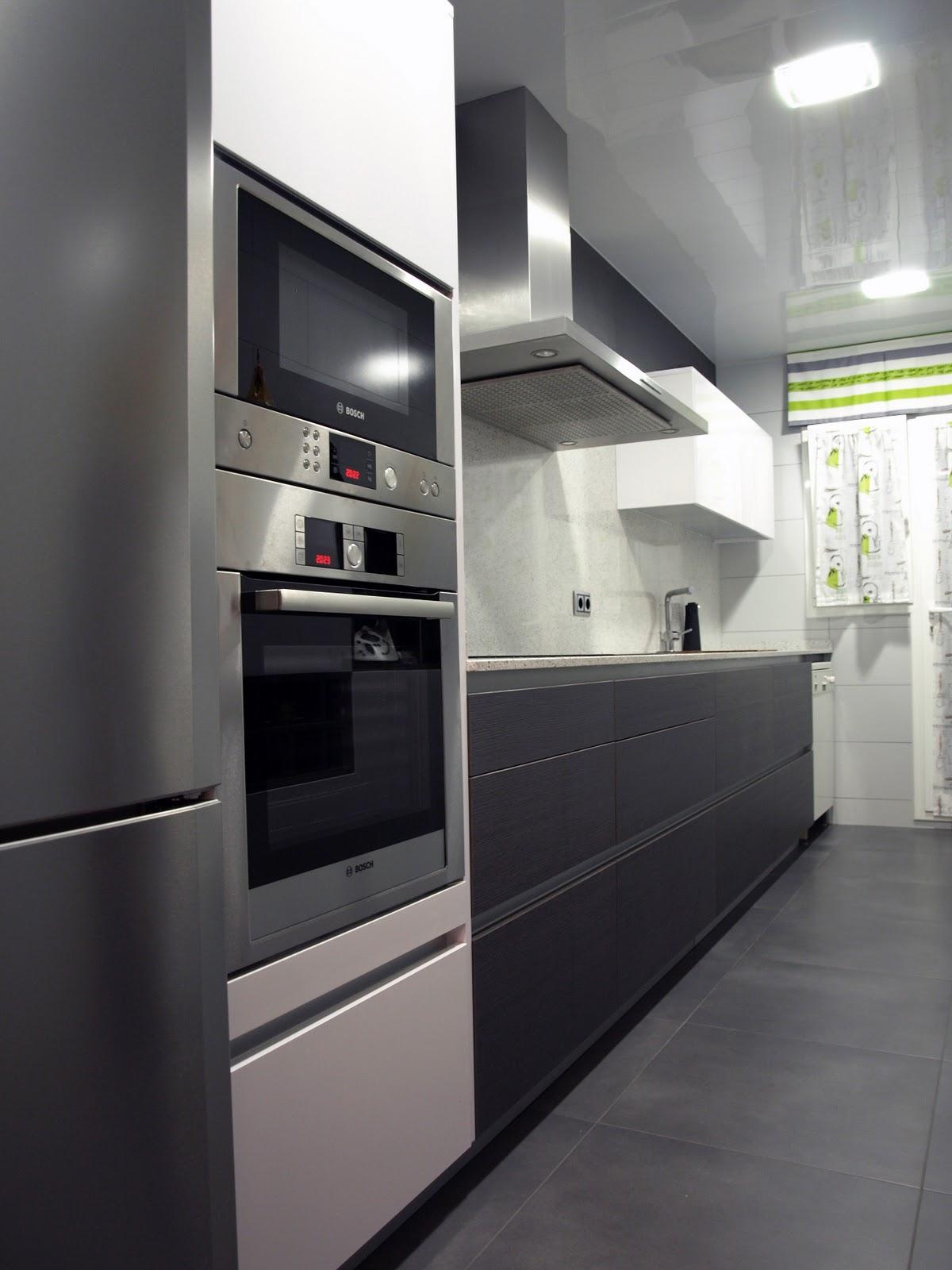 Proyecto cocina lineal eilin con semicolumnas for Cocinas modernas en gris y blanco