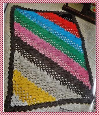 Tapete de crochê em barbante colorido com listras na diagonal