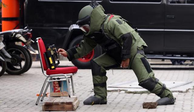 Gegana Ledakkan Kopor Misterius di Medan