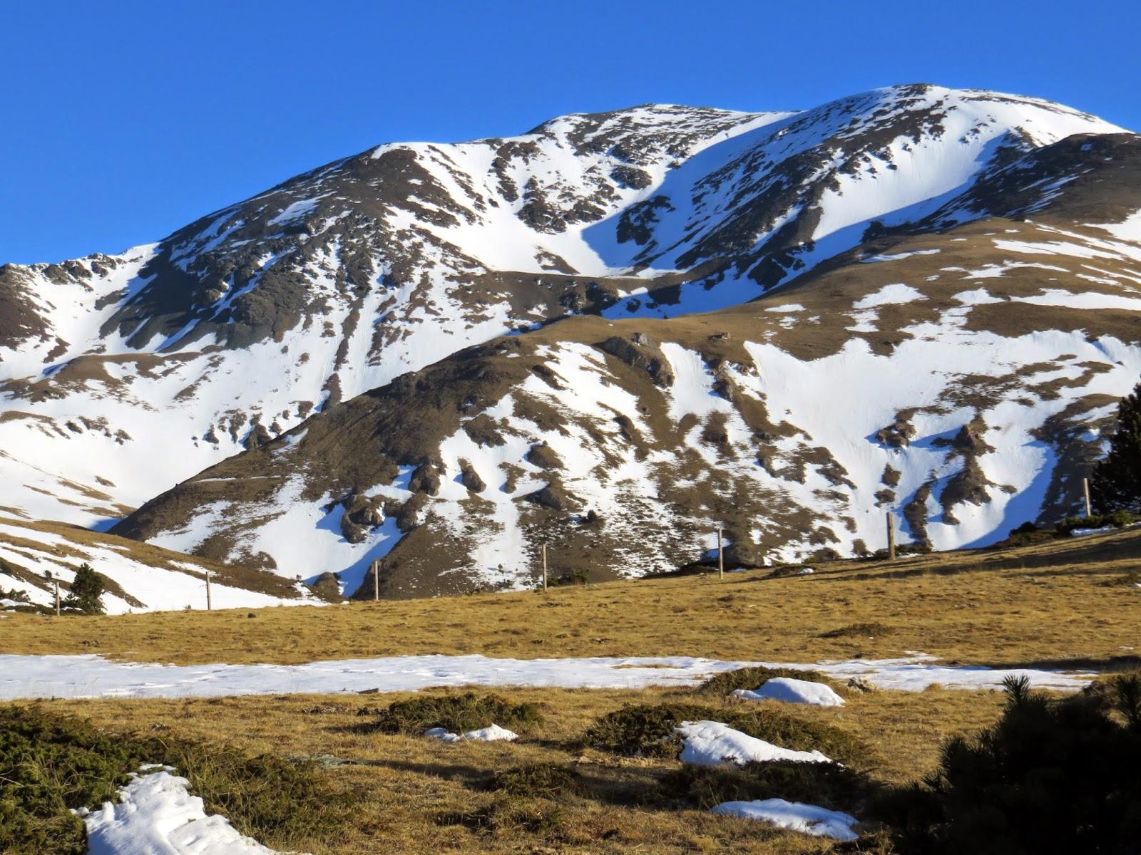 Vistas al Pico Puigmal y parte del recorrido de ascensión desde la ruta del Collet de les Barraques.