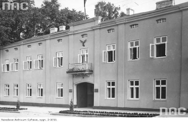 Końskie, w tym budynku w latach 1945-56 mieścił się tu Powiatowy Urząd Bezpieczeństwa Publicznego. Wcześniej - Wydział Wyżywienia i Rolnictwa (1942-44).  Zbiory NAC sygnatura: 2-3731.