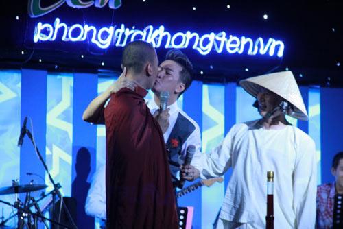 dam vinh hung tao scandal khi hon thay chua truoc khan gia Đàm Vĩnh Hưng tạo scandal khi hôn thầy chùa trước khán giả