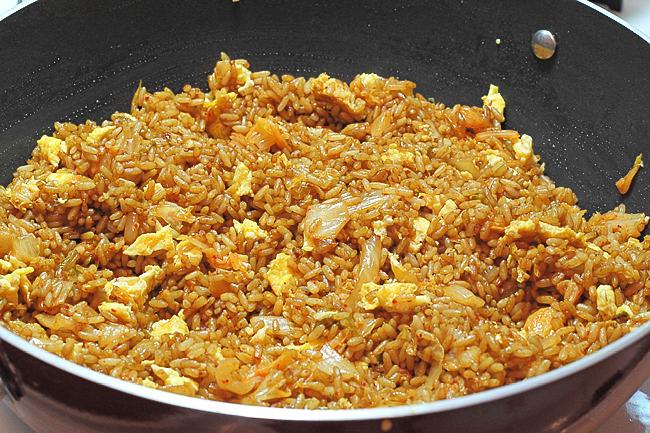 Жареный рис с кимчи и креветками