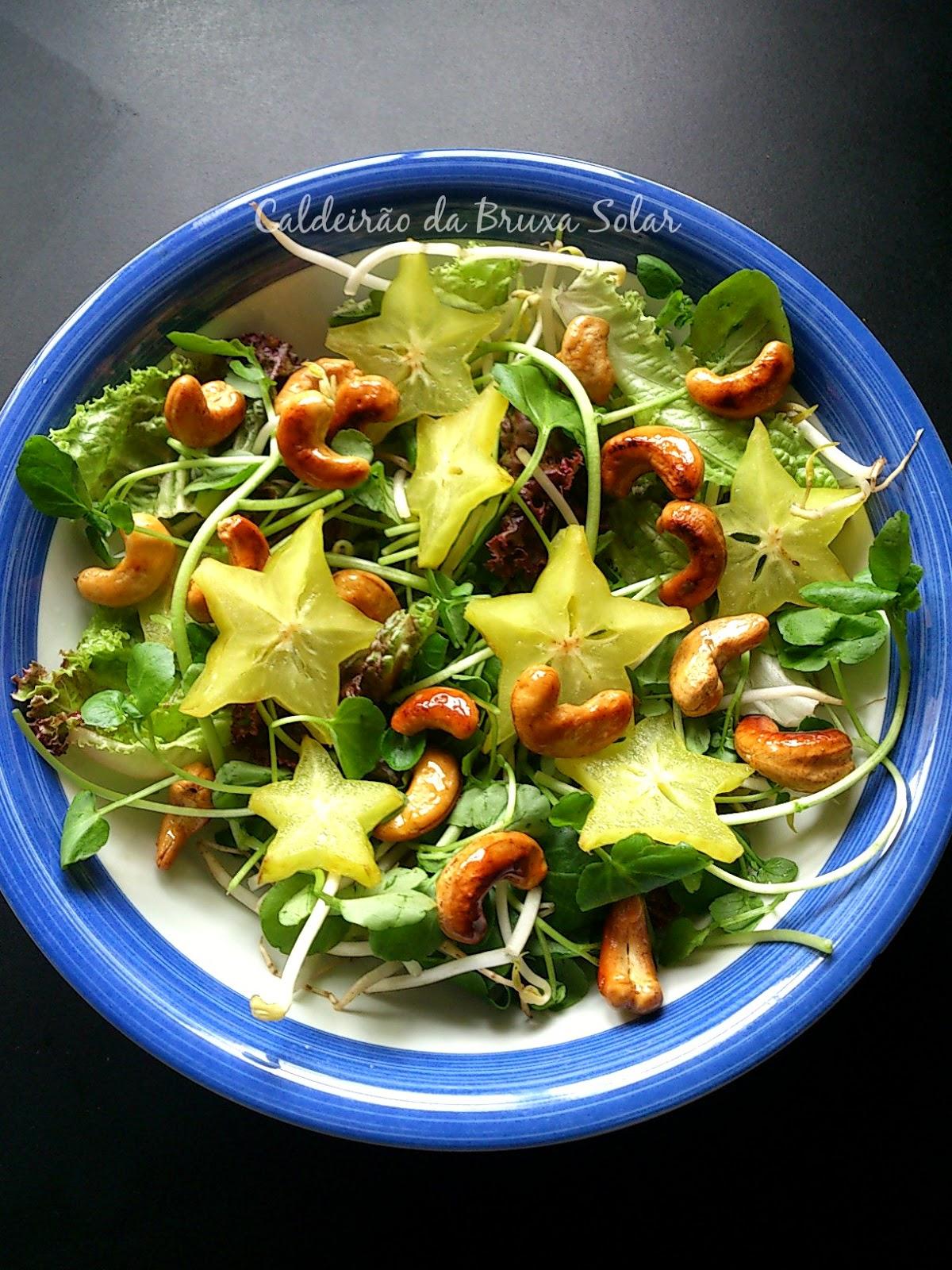 Salada de folhas, broto, carambola e castanha de caju
