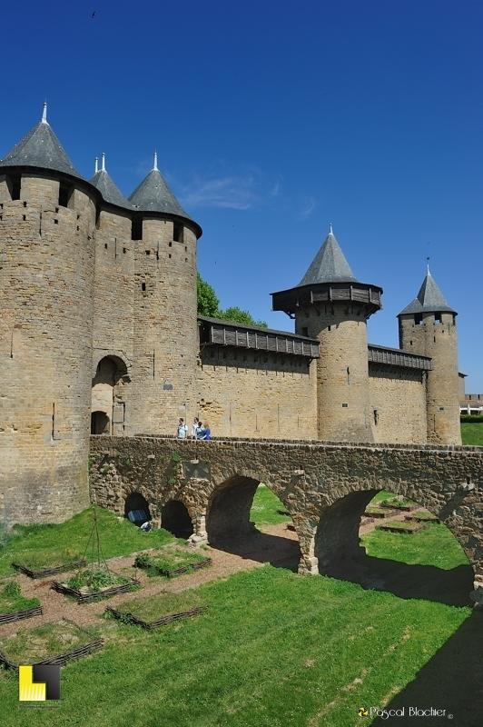 le pont au dessus des douves et l'entrée du château comtal de Carcassonne photo pascal blachier