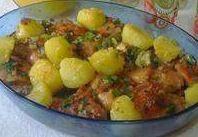 Linda foto da receita de frango após assar no forno. Conta com belas batatas em cima, dando mais sabor.