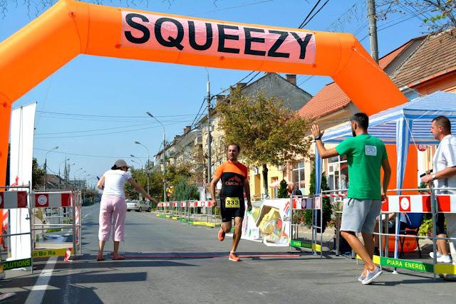 Alergător şi maseur la Maratonul Târnavei, alături de Supermămici Alergătoare. Din Timişoara la Târnăveni, 29 August 2015. Finish