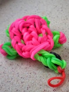http://translate.googleusercontent.com/translate_c?depth=1&hl=es&rurl=translate.google.es&sl=en&tl=es&u=http://www.instructables.com/id/Rainbow-Loom-Turtle-Charm/&usg=ALkJrhgW5ZvqlZXLQc1kD8k70xttF3qEgw