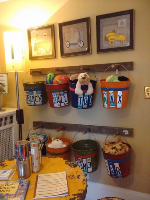 menggunakan ember bekas sebagai tempat menyimpan mainan anak