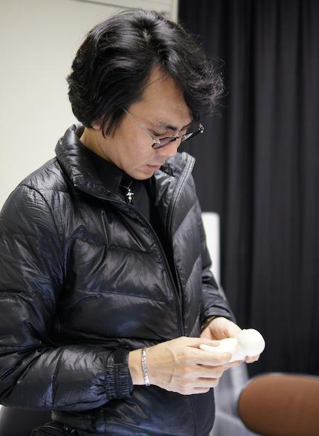 Profesor Iroshi Ishiguro con el teléfono móvil humanoide Elfoid