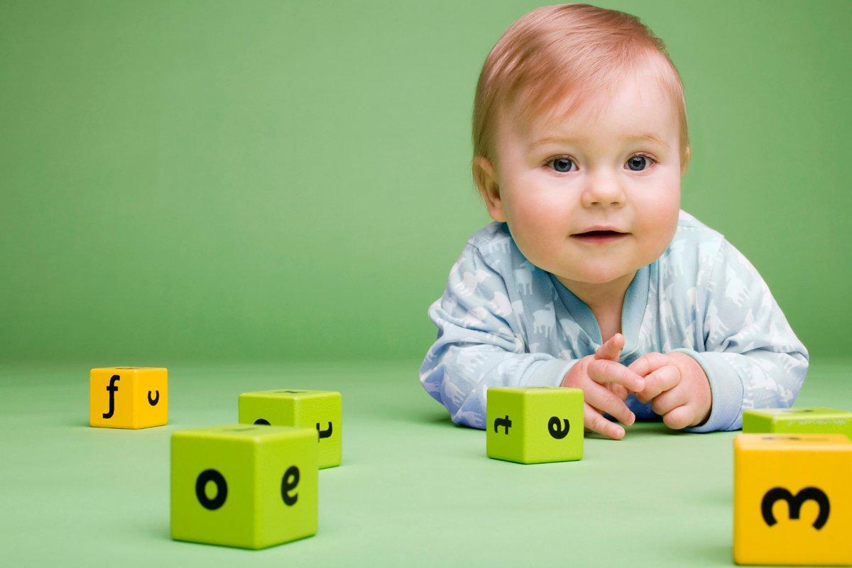 Niño pequeño jugando