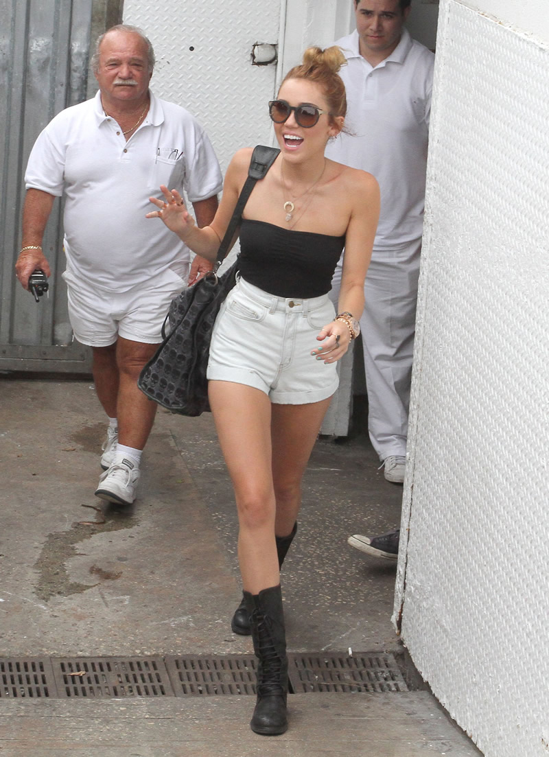 Miley Getting a Wedgie http://www.upskt.com/2012/05/miley-ray-cyruss-jeans-wedgie.html