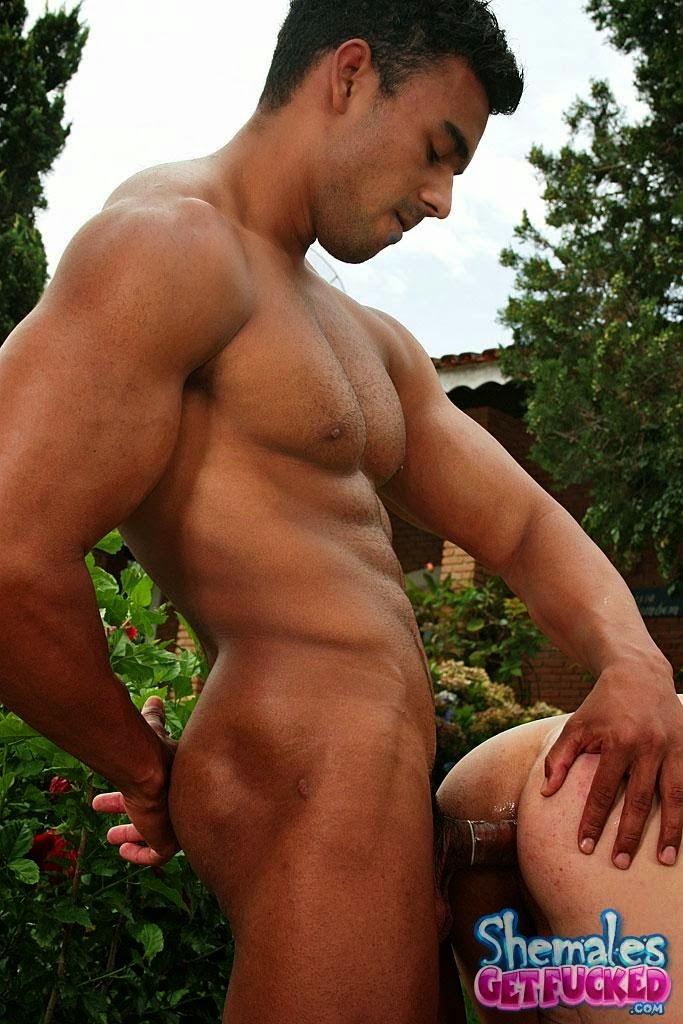 Moreno fortão fudendo a traveco no quintal
