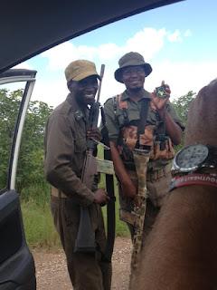 Het blijkt een twee-persoons patrouille te zijn  bij Crooks Corner Krugerpark, op weg om stropers op te sporen en zo nodig uit te schakelen. Crooks Corner is zo'n afgelegen gebied, waar stropers zich vaak veilig wanen.
